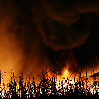 CALIMAYA, Mexico.-  Fuerte Incendio se registró en un almacén de material fomy, ubicado en un terreno cerca del fraccionamiento Valle del Nevado, en Rancho San Dimas del municipio de Calimaya, bomberos de Calimaya, Mexicaltzingo, Metepec  y Toluca, acudieron a sofocar el fuego. Agencia MVT. José Hernández.  (DIGITAL)