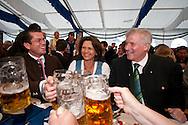 Bundesminister der Verteidigung Karl-Theodor Freiherr zu Guttenberg (CSU), Bundesministerin fuer Ernaehrung, Landwirtschaft und Verbraucherschutz Ilse Aigner (CSU) und Ministerpraesident von Bayern Horst Seehofer (CSU) bei der Eröffnung des Berliner Oktoberfestes am Mittwoch 15.09.2010 in Berlin.