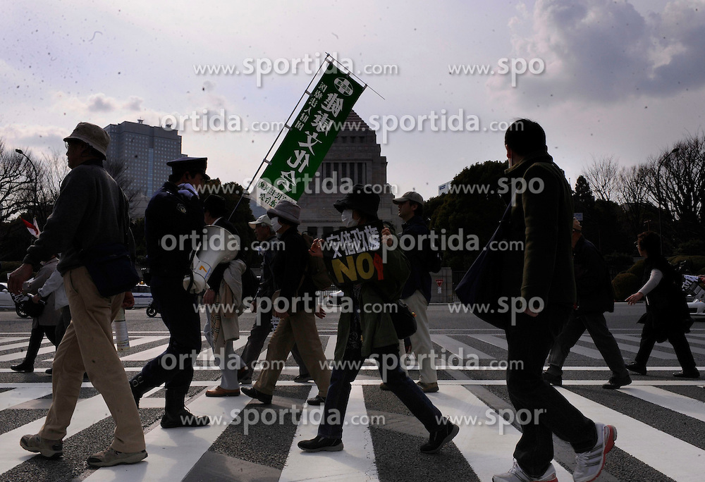 People walk to attend a demonstration against Japanese Prime Minister Shinzo Abe in Tokyo, Japan, March 22, 2015. EXPA Pictures &copy; 2015, PhotoCredit: EXPA/ Photoshot/ Stringer<br /> <br /> *****ATTENTION - for AUT, SLO, CRO, SRB, BIH, MAZ only*****