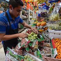 Toluca, México (Diciembre 30, 2016).- Algo que no puede faltar para la celebración de este Año Nuevo 2017 son las tradicionales uvas, locatarios del Mercado 16 de Septiembre ofrecen esta producto desde los 50 pesos hasta 100 pesos.  Agencia MVT / Crisanta Espinosa