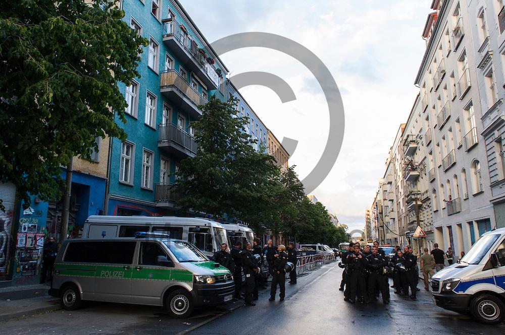 Polizisten sichern w&auml;hrend Demonstration auf dem Dorfplatz in der Rigaer Stra&szlig;e am 05.07.2016 in Berlin, Deutschland die Stra&szlig;e. Wegen des andauernden Polizeieinsatzes und der Teilr&auml;umung des besetzten Haus in der Rigaer Stra&szlig;e 94 gibt es in der Stra&szlig;e immer wieder Demonstrationen und Aktionen. Foto: Markus Heine / heineimaging<br /> <br /> ------------------------------<br /> <br /> Ver&ouml;ffentlichung nur mit Fotografennennung, sowie gegen Honorar und Belegexemplar.<br /> <br /> Bankverbindung:<br /> IBAN: DE65660908000004437497<br /> BIC CODE: GENODE61BBB<br /> Badische Beamten Bank Karlsruhe<br /> <br /> USt-IdNr: DE291853306<br /> <br /> Please note:<br /> All rights reserved! Don't publish without copyright!<br /> <br /> Stand: 07.2016<br /> <br /> ------------------------------