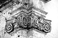 Alessano (LE) - Antica residenza estiva del vescovo di Alessano. La struttura attualmente è proprietà di privati e non è visitabile. Mettendosi con le spalle alla struttura si nota in linea diretta il palazzo utilizzato dal vescovo come residenza invernale: esisteva in passato una strada diretta che consentiva allo stesso di spostarsi verso la residenza estiva che si trovava al centro di un grande giardino di cui si sono perse le tracce del tempo.
