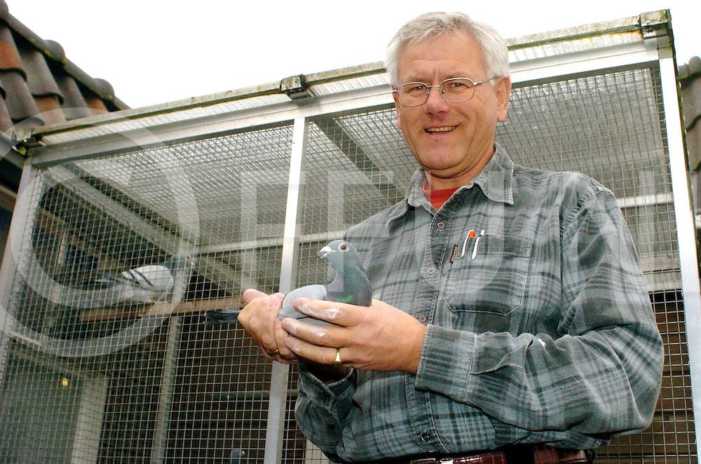 060310, nieuwleusen,ned<br /> Ton de Vries is voorzitter van de postduivenorganisatie en is blij met het besluit van de minister om de duiven<br /> fotografie frank uijlenbroek&copy;2006 frank uijlenbroek