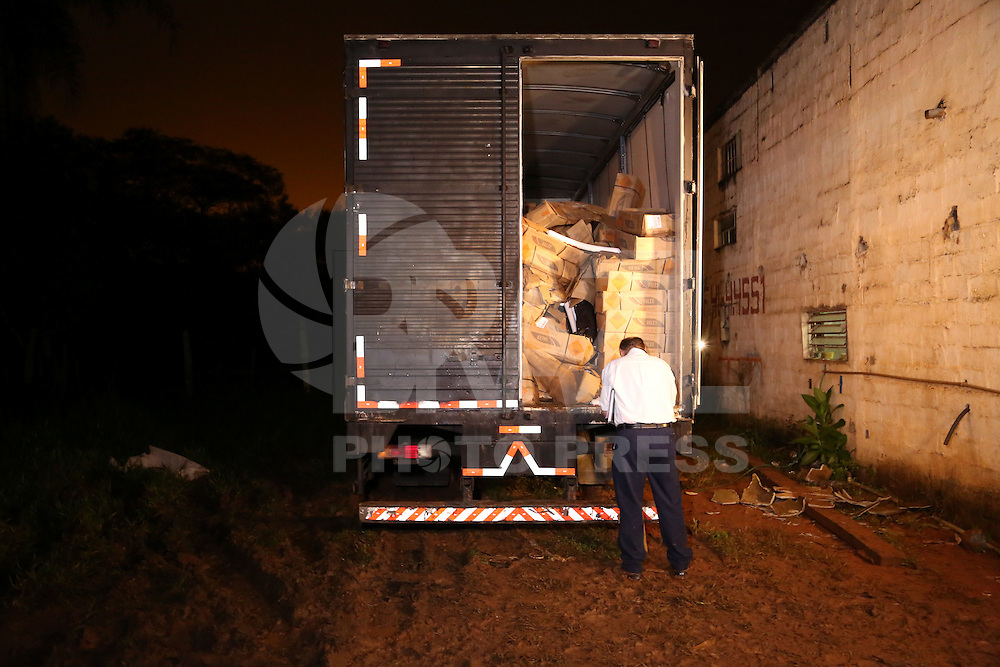 SAO PAULO, SP, 18.03.2015 - DEIC LOCALIZA 14 TONELADAS DE DINAMITE / ITAQUAQUECETUBA - Perito fotografa o caminhão. O DEIC (Departamento Estadual de Investigações Criminais) localizou na noite desta terça-feita (17) 14 tonelas de dinamite que havia  sido roubada na última sexta-feira na via Dutra. Os explosivos estavam dentro de um outro caminhão estacionado em uma chácara em Itaquaquecetuba, São Paulo. O caminhão atolou na lama e os policiais estão esperando o guincho chegar no local para auxiliar na remoção. (Foto: Fernando Neves/ Brazil Photo Press).