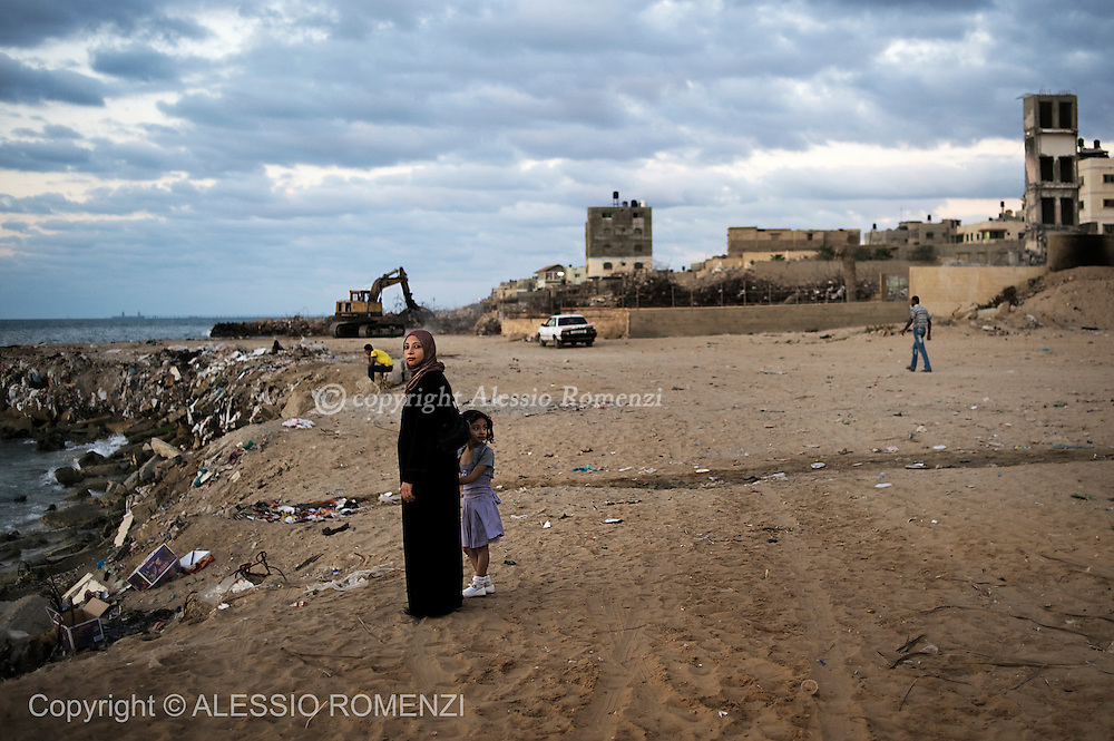 Gaza city. A woman and her daughter stand on the waterside in Gaza city.© ALESSIO ROMENZI