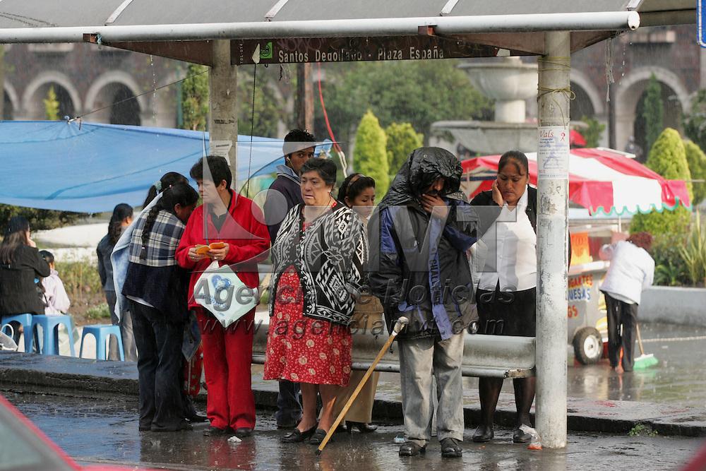 Toluca, Mex.- Un grupo de personas se protegen de la repentina lluvia que cayo en el Valle de Toluca. Agencia MVT / Javier Rodriguez. (DIGITAL)<br /> <br /> <br /> <br /> <br /> <br /> <br /> <br /> NO ARCHIVAR - NO ARCHIVE