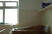 Un trattenuto dorme nelle camerate allestite all'interno della struttura del CIE di Gradisca.<br /> Gradisca d'Isonzo (GO) ,10 settembre 2013. Daniele Stefanini / OneShot