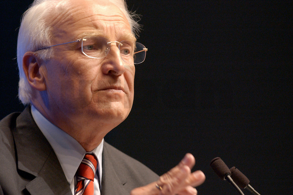 11 NOV 2002, HANNOVER/GERMANY:<br /> Edmund Stoiber, CSU, Ministerpraesident Bayern, waehrend seiner Rede, CDU Bundesparteitag, Hannover Messe<br /> IMAGE: 20021111-01-169<br /> KEYWORDS: Parteitag, party congress, speech