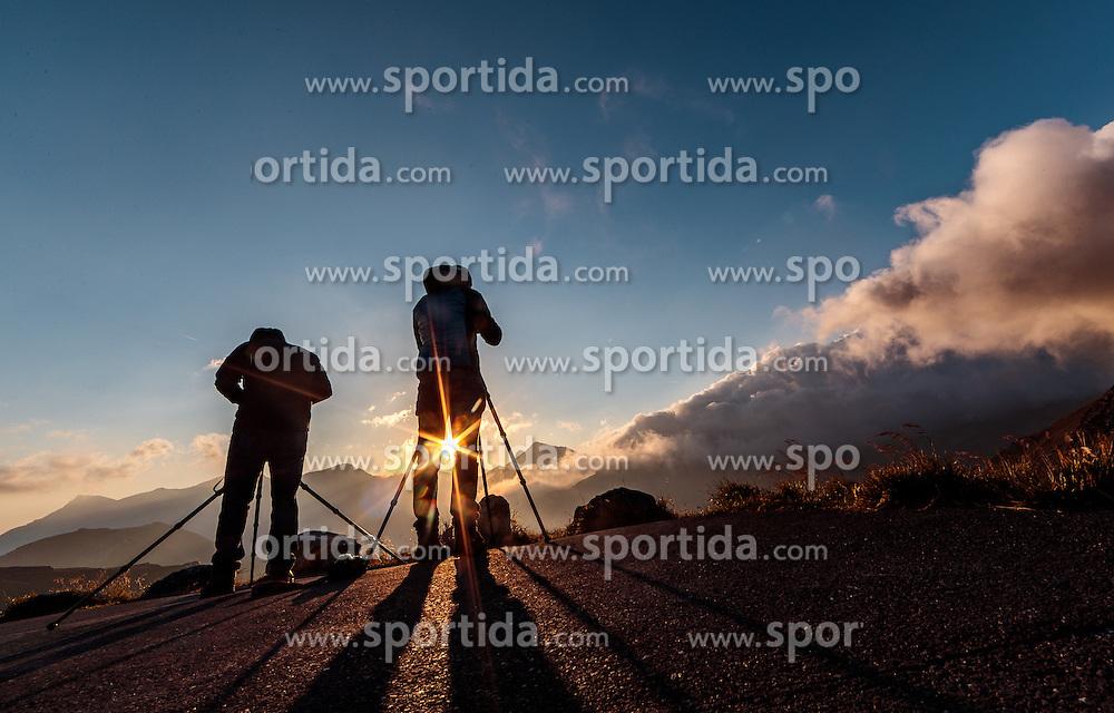 THEMENBILD - Fotografen bei Sonnenaufgang. Die Grossglockner Hochalpenstrasse verbindet die beiden Bundeslaender Salzburg und Kaernten mit einer Laenge von 48 Kilometer und ist als Erlebnisstrasse vorrangig von touristischer Bedeutung, aufgenommen am 15. September 2016, Bruck a. d. Glocknerstrasse, Oesterreich // Photographer take pictures at sunrise. The Grossglockner High Alpine Road connects the two provinces of Salzburg and Carinthia with a length of 48 km and is as an adventure road priority of tourist interest at Bruck a. d. Glocknerstrasse, Austria on 2016/09/15. EXPA Pictures © 2016, PhotoCredit: EXPA/ JFK