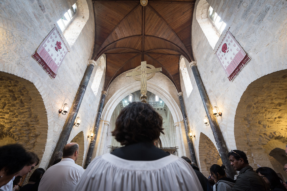 20 April 2019, Jerusalem: Deacon Della Wells carries the crossin procession during Easter Sunday service at the Cathedral Church of Saint George the Martyr, Jerusalem.