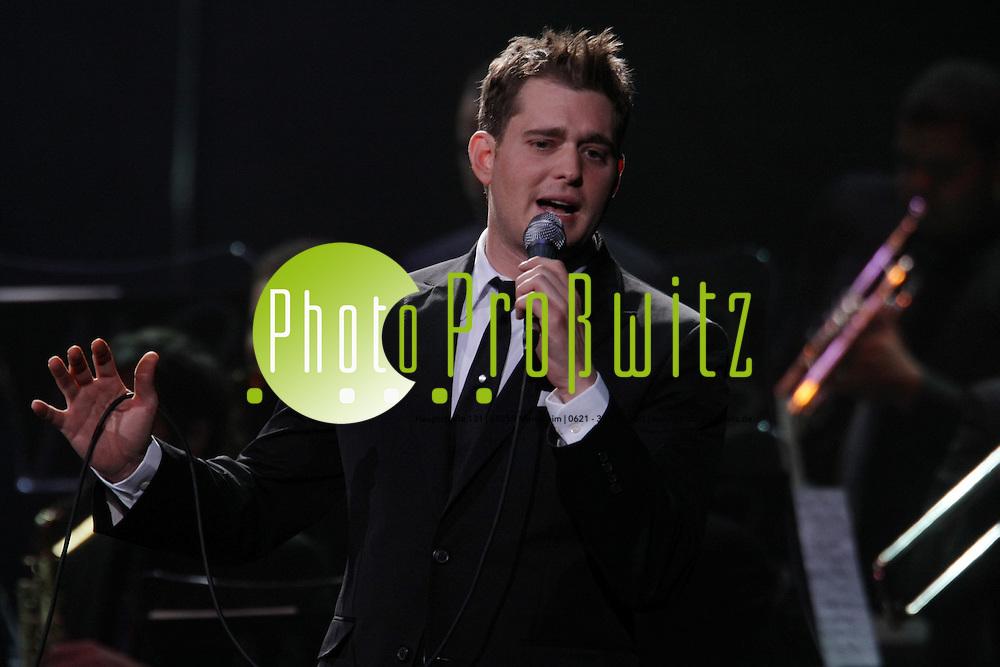 Mannheim. SAP Arena. Konzert mit Michael Bubl&eacute;.<br /> Michael Steven Bubl&eacute;  (* 9. September 1975 in Burnaby, British Columbia) ist ein kanadischer Jazz-S&auml;nger und Schauspieler italienisch-kroatischer Abstammung.<br /> <br /> W&auml;hrend er in den Vereinigten Staaten nur geringe Platzierungen in den Charts erreichte, schaffte es sein nach ihm benanntes Album 2003 in die kanadischen, australischen und britischen Top Ten. 2004 wurde sein Live-Album und -Video Come Fly with Me in die Billboard Music Video Charts aufgenommen und erreichte die Top-40-Album-Charts in Australien.<br /> Bild: Markus Pro&szlig;witz<br /> ++++ Archivbilder und weitere Motive finden Sie auch in unserem OnlineArchiv. www.masterpress.org ++++