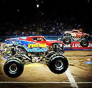 Monsterlijke trucks stunten tijdens de Monster Jam show in het GelreDome.
