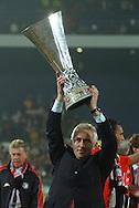 Photo: Gerrit de Heus. Rotterdam. UEFA Cup Final. Feyenoord-Borussia Dortmund. Feyenoordcoach Bert van Marwijk with the Cup. Keywords: beker