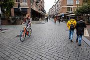 Een meisje rijdt op haar Swapfiets door het centrum van Nijmegen.<br /> <br /> A girl rides her Swapfiets in the city center of Nijmegen.