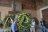 Roma 19 Agosto 2014.<br /> Commemorazione di Alcide De Gasperi a 60 anni dalla morte nella basilica di San Lorenzo fuori le mura dove si trova la tomba dello statista, nel portico della basilica. La corona di fiori del Partito Democratico<br /> Rome, Italy. 19th August 2014 -- Commemoration of Alcide De Gasperi 60 years after his death in the Basilica of San Lorenzo outside the walls, where there is the tomb of the statesman, in the porch of the basilica. The chaplet of the  Democratic Party