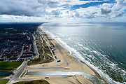 Nederland, Zuid-Holland, Katwijk, 28-04-2017; Uitwateringskanaal met spuisluizen, monding van de Oude Rijn. In de achtergrond de Noordzeekust met het Kustwerk Katwijk, kunstmatig versterkte duinenrij. Aanleg van dijk-in-duin-waterkering, een dijk in combinatie met een ondergrondse parkeergarage in de duinenrij. Kust bij Katwijk was de laatste zwakke schakel van de Zuid-Hollandse kust.<br /> Coastal work Katwijk, artificially fortified dune row. Construction of dike-in-dune dam, a dike in combination with an underground parking garage in the dunes.<br /> <br /> luchtfoto (toeslag op standard tarieven);<br /> aerial photo (additional fee required);<br /> copyright foto/photo Siebe Swart