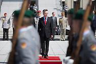 Verteidigungsminister Thomas de Maiziere (CDU) begruesst den franzoesischen Verteidigungsminister Jean-Yves Le Drian mit militaerischen Ehren  in Berlin. / 22062012,DEU,Deutschland,Berlin..