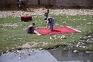 Afghanistan. Kabul. the communist regime . Women in burqua  washing in the river kabul /     / les femmes en burka lavent le linge dans la riviere Kaboul; Le regime communiste   Kaboul  Afghanistan  / nb 26700 17  /     Afg26700 17  /  R20405  /  P124812