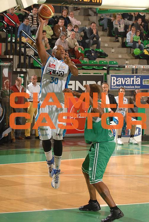 DESCRIZIONE : Treviso Lega A1 2007-08 Benetton Treviso Eldo Napoli <br /> GIOCATORE :  Mike Bernard<br /> SQUADRA : Eldo Napoli<br /> EVENTO : Campionato Lega A1 2007-2008 <br /> GARA : Benetton Treviso Eldo Napoli <br /> DATA : 30/03/2008<br /> CATEGORIA : Tiro<br /> SPORT : Pallacanestro <br /> AUTORE : Agenzia Ciamillo-Castoria/M.Gregolin<br /> Galleria : Lega Basket A1 2007-2008 <br /> Fotonotizia : Treviso Campionato Italiano Lega A1 2007-2008 Benetton Treviso Eldo Napoli  <br /> Predefinita :