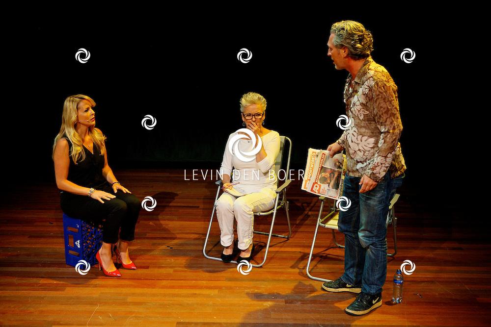 AMSTERDAM - In het DeLaMar Theater gaf Joop van den Ende Theaterproducties een kleine sneakpeak naar de nieuwe Nederlandse Musical, Hij Gelooft In Mij.  Met op de foto de acteurs Chantal Janzen, Doris Baaten en Hajo Bruins. FOTO LEVIN DEN BOER - PERSFOTO.NU