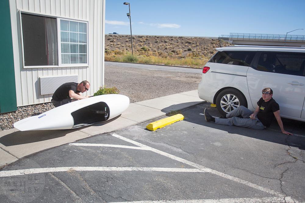 Voor het hotel werkt team Cygnus aan de fiets. In Battle Mountain (Nevada) wordt ieder jaar de World Human Powered Speed Challenge gehouden. Tijdens deze wedstrijd wordt geprobeerd zo hard mogelijk te fietsen op pure menskracht. Het huidige record staat sinds 2015 op naam van de Canadees Todd Reichert die 139,45 km/h reed. De deelnemers bestaan zowel uit teams van universiteiten als uit hobbyisten. Met de gestroomlijnde fietsen willen ze laten zien wat mogelijk is met menskracht. De speciale ligfietsen kunnen gezien worden als de Formule 1 van het fietsen. De kennis die wordt opgedaan wordt ook gebruikt om duurzaam vervoer verder te ontwikkelen.<br /> <br /> In Battle Mountain (Nevada) each year the World Human Powered Speed Challenge is held. During this race they try to ride on pure manpower as hard as possible. Since 2015 the Canadian Todd Reichert is record holder with a speed of 136,45 km/h. The participants consist of both teams from universities and from hobbyists. With the sleek bikes they want to show what is possible with human power. The special recumbent bicycles can be seen as the Formula 1 of the bicycle. The knowledge gained is also used to develop sustainable transport.