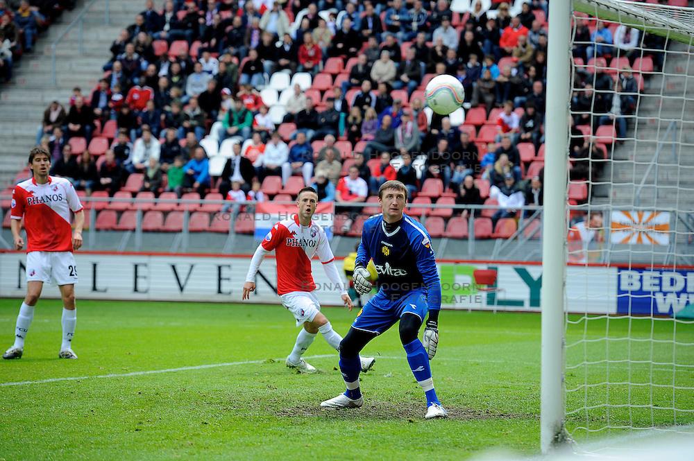 16-05-2010 VOETBAL: FC UTRECHT - RODA JC: UTRECHT<br /> FC Utrecht verslaat Roda in de finale van de Play-offs met 4-1 en gaat Europa in / Ricky van Wolfswinkel en Przemyslaw Tyton<br /> ©2010-WWW.FOTOHOOGENDOORN.NL
