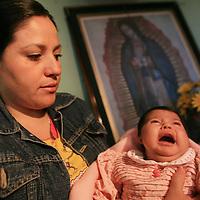 Toluca, Mex.- Alondra Rosario Prado, es una pequeña de un mes y medio de edad que nació con un problema denominado Hipoplasia en su oreja derecha, su madre María de los Ángeles Martínez, pide la ayuda de las autoridades ya que su condición económica no le permite darle atención médica especializada. Agencia MVT / Mario Vazquez de la Torre. (DIGITAL)<br /> <br /> <br /> <br /> NO ARCHIVAR - NO ARCHIVE