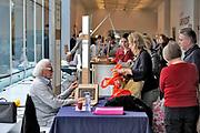 Nederland, Nijmegen, 19-2-2018Publiek komt bij taxateur, expert, tijdens de opnamedag voor het programma tussen kunst en kitsch van de avro in museum het valkhof .Foto: Flip Franssen