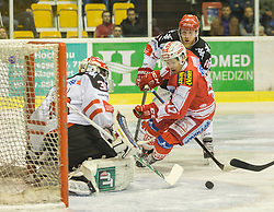 02.10.2015, Stadthalle, Klagenfurt, AUT, EBEL, EC KAC vs HC TWK Innsbruck Die Haie, im Bild Andy Chiodo (HC TWK Innsbruck Die Haie #30), Manuel Ganahl (EC KAC, #17), iDavid Liffton (HC TWK Innsbruck Die Haie #48) // during the Erste Bank Eishockey League match betweeen EC KAC and HC TWK Innsbruck Die Haie at the City Hall in Klagenfurt, Austria on 2015/190/02. EXPA Pictures © 2015, PhotoCredit: EXPA/ Gert Steinthaler