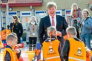 Koning Willem Alexander opent Koningsspelen in Lemmer. Dit jaar staat het thema water drinken centraal.<br /> <br /> King Willem Alexander opens King's Games in Lemmer. This year the theme is drinking water.<br /> <br /> Op de foto / On the photo: <br /> <br />  Koning Willem Alexander / King Willem Alexander