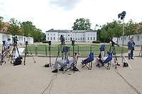 28 JUN 2003, NEUHARDENBERG/GERMANY:<br /> Journalisten warten an einer Absprerrung vor dem Schloss auf ein Statement, waehrend der Klausurtagung des Bundeskanbinetts, Schloss Neuhardenberg, Brandenburg<br /> IMAGE: 20030628-01-113<br /> KEYWORDS: Kabinettsklausur, Schloß Neuhardenberg, Kamera, Camera