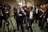 Nederland. Den Haag, 18 februari 2010. <br /> Balkenende op weg naar de ministerskamer. Pers, parlementaire pers, parlementaire journlistiek, NOS, NOS Radio 1.<br /> Spoeddebat in de Tweede Kamer over de ontstane crisissituatie binnen het kabinet over Uruzgan, daags voor de val van het vierde kabinet Balkenende. Een dag later valt het kabinet. kabinetscrisis, vak kabinet, Balkenende IV, Balkenende Vier, politiek, coalitie<br />  Foto Martijn Beekman