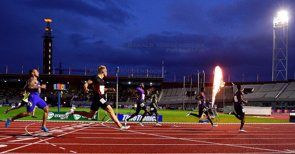 05-09-2015 NED: Flame Games 2015, Amsterdam<br /> De sfeervolle derde editie van het unieke atletiekevenement trok duizenden sportliefhebbers naar het Olympisch Stadion / 2e heat m 100 meter met OGUNODE Femi QAT, GITTENS Ramon BAR, BOCKARIE Solomon NED en MARTINA Churandy