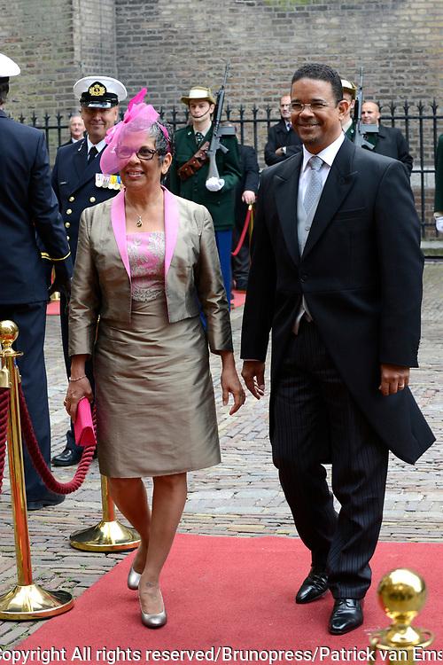 Prinsjesdag 2013 - Aankomst Parlementari&euml;rs bij de Ridderzaal op het Binnenhof.<br /> <br /> Op de foto: Gevolmachtigd minister van Aruba - Edwin Abath en partner