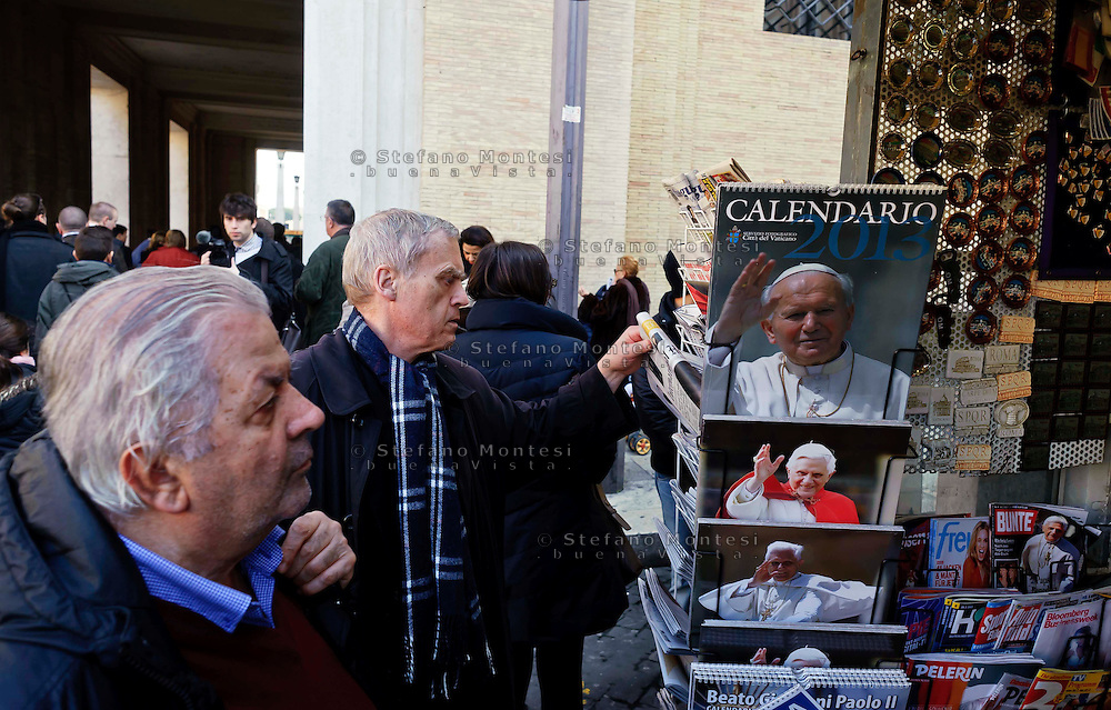 Città del Vaticano 17 Febbraio 2013.La domenica dell'Angelus  del Papa dimissionario..Negozio di gagdet religiosi.Vatican City,  February 17, 2013.The Sunday of the Angelus of the Pope resigning.Shop gagdet religious.