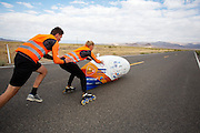 Op maandagochtend kwalificeert Jan Bos zich voor de races. Het Human Power Team Delft en Amsterdam (HPT), dat bestaat uit studenten van de TU Delft en de VU Amsterdam, is in Amerika om te proberen het record snelfietsen te verbreken. In Battle Mountain (Nevada) wordt ieder jaar de World Human Powered Speed Challenge gehouden. Tijdens deze wedstrijd wordt geprobeerd zo hard mogelijk te fietsen op pure menskracht. Het huidige record staat sinds 2015 op naam van de Canadees Todd Reichert die 139,45 km/h reed. De deelnemers bestaan zowel uit teams van universiteiten als uit hobbyisten. Met de gestroomlijnde fietsen willen ze laten zien wat mogelijk is met menskracht. De speciale ligfietsen kunnen gezien worden als de Formule 1 van het fietsen. De kennis die wordt opgedaan wordt ook gebruikt om duurzaam vervoer verder te ontwikkelen.<br /> <br /> The Human Power Team Delft and Amsterdam, a team by students of the TU Delft and the VU Amsterdam, is in America to set a new world record speed cycling.In Battle Mountain (Nevada) each year the World Human Powered Speed ​​Challenge is held. During this race they try to ride on pure manpower as hard as possible. Since 2015 the Canadian Todd Reichert is record holder with a speed of 136,45 km/h. The participants consist of both teams from universities and from hobbyists. With the sleek bikes they want to show what is possible with human power. The special recumbent bicycles can be seen as the Formula 1 of the bicycle. The knowledge gained is also used to develop sustainable transport.