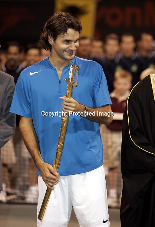 Qatar, Doha, ATP Tennis Turnier Qatar Open 2005, <br /> Roger Federer(SUI) mit Schwert, Siegerehrung, 08.01.2005,<br /> Foto: Juergen Hasenkopf