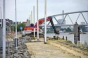 Nederland, Nijmegen, 13-6-2013Een aannemer is begonnen met de eerste werkzaamheden om de damwand van de Waalkade te vervangen. De damwand die de Waalkade tegenhoudt is sinds een jaar geleden aan het verzakken. De waterkering wordt ondergraven door wegspoelend zand. Hij is enkele centimeters uit positie en dus instabiel. De kade is afgezet en er mogen geen schepen aanlegen. De waterkering dateert van 1980, 1981.Foto: Flip Franssen/Hollandse Hoogte
