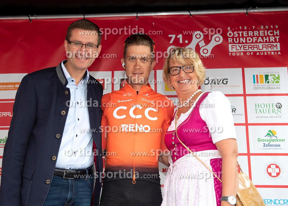 07.07.2019, Wels, AUT, Ö-Tour, Österreich Radrundfahrt, 1. Etappe, von Grieskirchen nach Freistadt (138,8 km), im Bild v.l. Markus Achleitner (Sport Landesrat Oberösterreich), Riccardo Zoidl (AUT, CCC Team), Bgm. Maria Pachner, Grieskirchen // f.l. Markus Achleitner (AUT) Riccardo Zoidl of Austria (CCC Team) Major Grieskirchen Maria Pachner during 1st stage from Grieskirchen to Freistadt (138,8 km) of the 2019 Tour of Austria. Wels, Austria on 2019/07/07. EXPA Pictures © 2019, PhotoCredit: EXPA/ Reinhard Eisenbauer