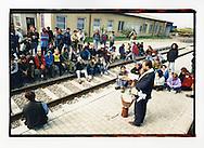 Manifestazioni contro il summit del Fondo Monetario Internazionale e della Banca Mondiale. Praga, settembre 2000. 23 settembre, treno speciale per Praga. Sosta obbligata a Horní Dvořiště, sulla frontiera austro-ceca. Don Vitaliano celebra la messa domenicale.