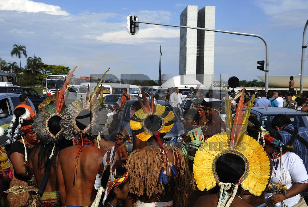 BRASÍLIA, DF - 02.10.2013: PROTESTO/ÍNDIOS/DF - Índios protestam em frente ao Congresso Nacional após tentarem entrar e serem barrados pela polícia.  (Foto:Renato Araujo / Brazil Photo Press).