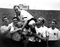 Fotball<br /> Foto: Colorsport/Digitalsport<br /> NORWAY ONLY<br /> <br /> BILLY WRIGHT IS CHAIRED OFF THE PITCH BY HIS ENGLAND TEAM MATES AFTER PLAYING IN HIS 1OOth INTERNATIONAL. DON HOWE (RIGHT) RONALD CLAYTON( LEFT). ENGLAND V SCOTLAND, 11/4/59