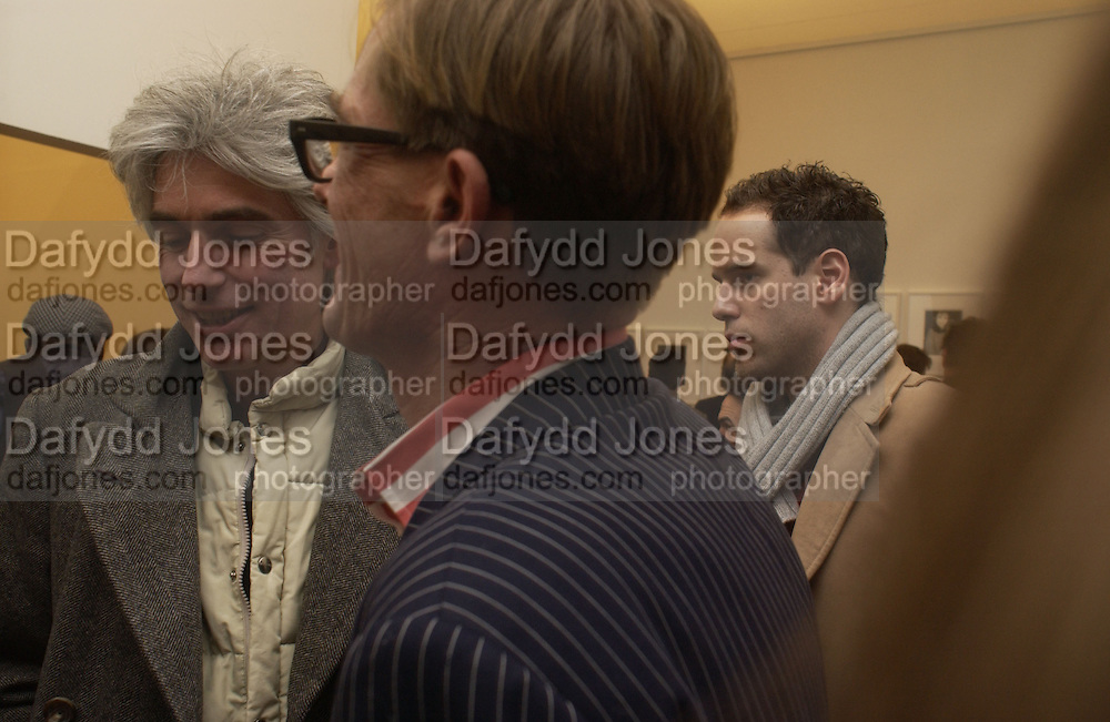 ( Lord?) David ogilvy AND TIM HUNT. Warhol's World. Photography and Television. Hauser and Wirth. Piccadilly, London. 26  January 2006.  ONE TIME USE ONLY - DO NOT ARCHIVE  © Copyright Photograph by Dafydd Jones 66 Stockwell Park Rd. London SW9 0DA Tel 020 7733 0108 www.dafjones.com