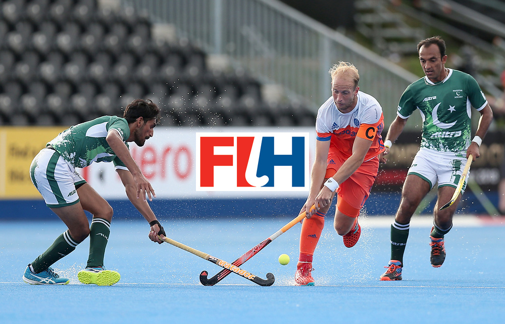 LONDON, ENGLAND - JUNE 15: Tasawar Abbas of Pakistan and Billy Bakker of the Netherlands battle for the ball during the Hero Hockey World League Semi Final match between Netherlands and Pakistan at Lee Valley Hockey and Tennis Centre on June 15, 2017 in London, England.  (Photo by Alex Morton/Getty Images)