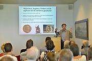 Nederland, Nijmegen, 2-6-2017Archeeologen van de Vrije Universiteit Amsterdam en de Rijksdienst voor het Cultureel Erfgoed , RCE,  presenteren tijdens een persconferentie in Museum Het Valkhof in Nijmegen een unieke goudschat uit het derde kwart van de 5e eeuw. De schat zal rond 460 na Chr. zijn begraven, niet lang vóór de definitieve val van het West-Romeinse rijk in 476.Detectorzoekers vonden het goud in een boomgaard in de Betuwe en seinden professionele archeologen in, die voor de opgraving zorgden. Bijzonder is dat de vinders en de grondeigenaar de goudschat in langdurig bruikleen afstaan aan Museum Het Valkhof. Museum Het Valkhof staat bekend om haar uitgebreide verzameling Romeinse bodemvondsten uit Nederland.In de persconferentie belichten de VU-archeologen Stijn Heeren, Nico Roymans en hoofd archeologie RCE Jos Bazelmans de betekenis van deze goudschat als een sleutelstuk voor onze kennis van de eindfase van het Romeinse gezag in Nederland en de overgang naar de Vroege Middeleeuwen. Op de foto professor Nico Roymans van de VU die de vondst toelicht.Foto: Flip Franssen