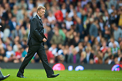 LONDON, ENGLAND - Sunday, September 13, 2009: Everton's manager David Moyes looks dejected as his side lose 2-1 to Fulham, their third defeat in the opening four league games, during the Premiership match at Craven Cottage. (Photo by David Rawcliffe/Propaganda)