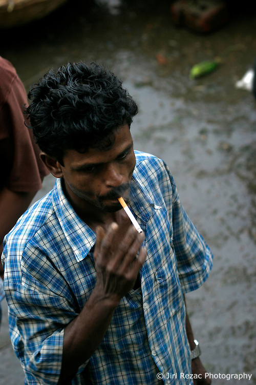 BANGLADESH DHAKA KAWRAN BAZAAR 2MARB05 - A customer smokes a cigarette while strolling through Kawran Bazaar vegetable market. The Bazaar has been in the Tejgaon area for at least 30 years and is one of the largest markets in Dhaka city...jre/Photo by Jiri Rezac..© Jiri Rezac 2005..Contact: +44 (0) 7050 110 417.Mobile:  +44 (0) 7801 337 683.Office:  +44 (0) 20 8968 9635..Email:   jiri@jirirezac.com.Web:    www.jirirezac.com..© All images Jiri Rezac 2005- All rights reserved.