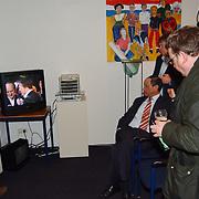 Stemmen Landelijke verkiezingen 2003, uitslagen, burgemeester Jos Verdier kijkt televisie