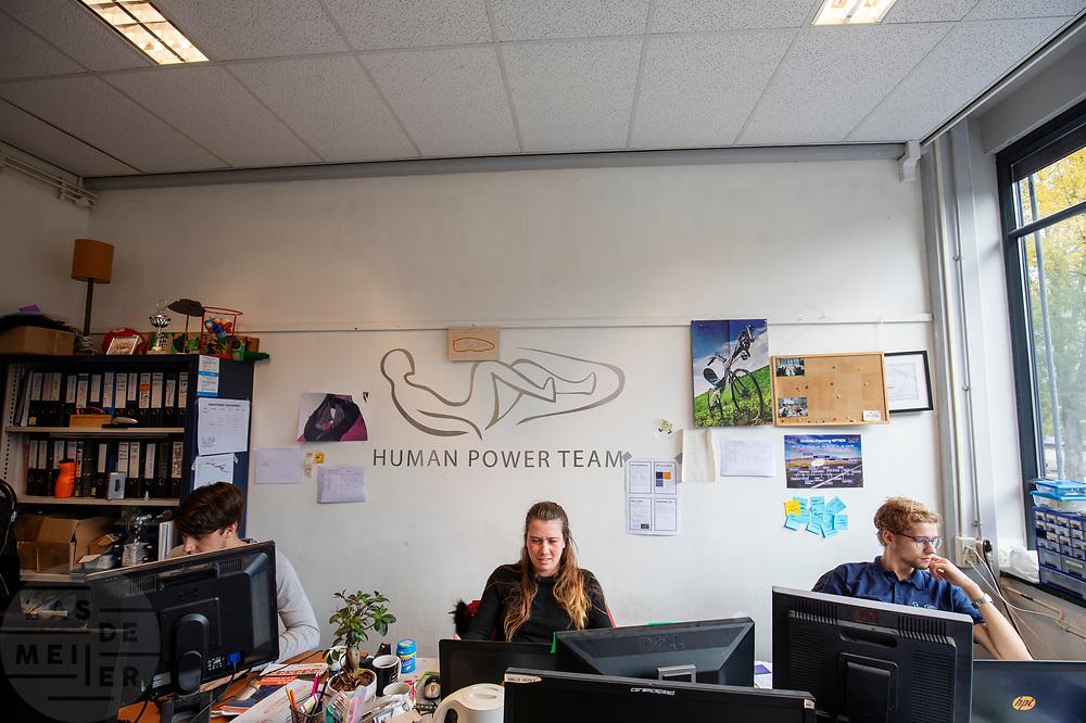 In Delft werken teamleden aan de nieuwe fiets. In september wil het Human Power Team Delft en Amsterdam, dat bestaat uit studenten van de TU Delft en de VU Amsterdam, tijdens de World Human Powered Speed Challenge in Nevada een poging doen het wereldrecord snelfietsen voor tandems te verbreken met de VeloX TX, een gestroomlijnde ligfiets. Het record staat sinds 2019 op 120,26 km/u<br /> <br /> In Delft team members work on the new bike. With the VeloX TX, a special recumbent bike, the Human Power Team Delft and Amsterdam, consisting of students of the TU Delft and the VU Amsterdam, also wants to set a new tandem world record cycling in September at the World Human Powered Speed Challenge in Nevada. The current speed record is 120,26 km/h, set in 2019.