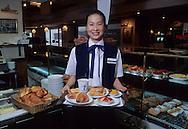 Hong Kong. Delifrance, french bakery  / Delifrance, Réseau de Boulangerie Française en Asie (ici restaurant de central) appartenant au groupe Vilgrain. des dizaines d'implantations à travers la Chine et le reste de l'asie.  / R00073/    L1754  /  R00073  /  P0003595